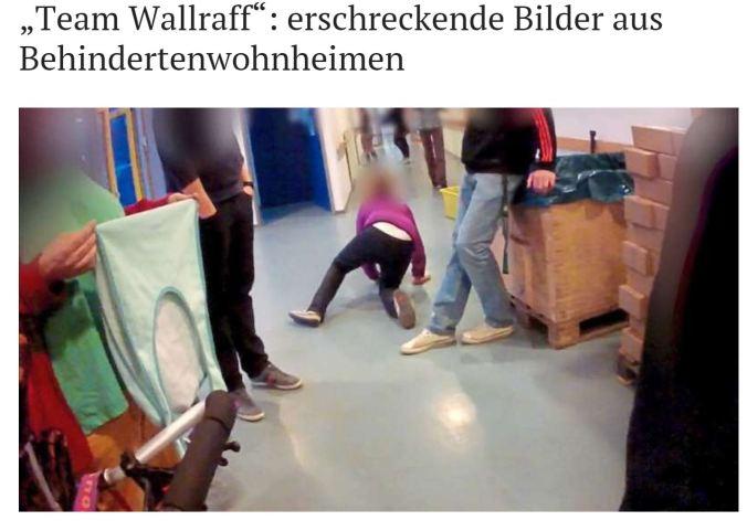 """Unter der Überschrift """"Team Wallraff: erschreckende Bilder aus Behindertenwohnheim"""" sieht man ein Foto. Darauf ein Mann der sich an einen Schrank lehnt und einer Frau mit Behinderung ein Bein stellt, sie fällt zu Boden. Ein anderer Mann steht neben ihr ohne zu helfen."""
