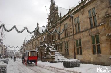 Sneeuw20dec09 (51) stadhuis en koets