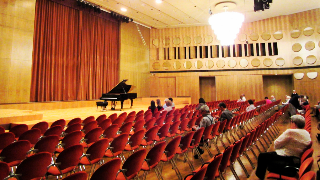 The Mendelssohn-Saal at Gewandhaus before the Ntokou piano recital's beginning, 5 May, 2018. (Photo: Maximilian Georg)