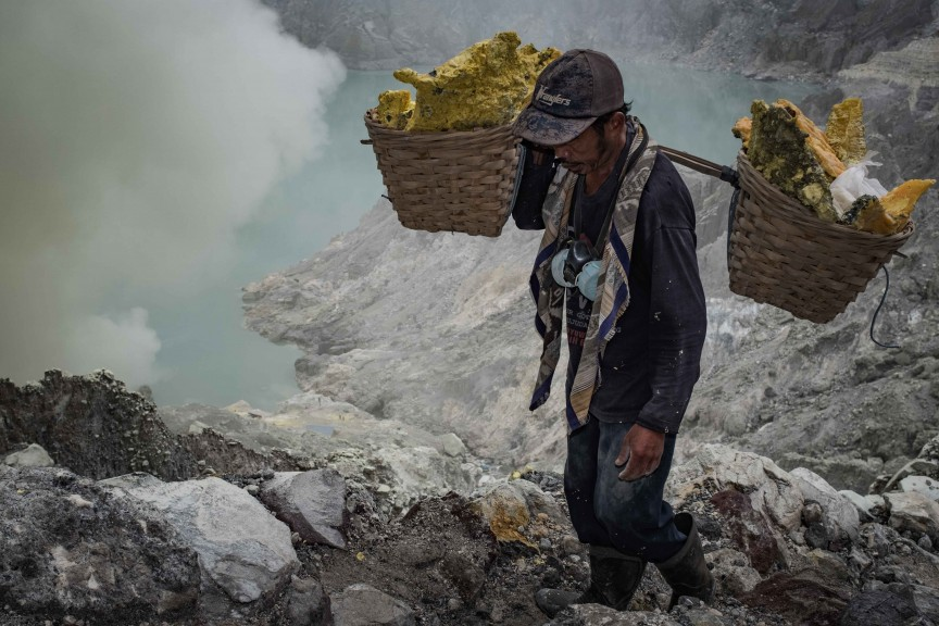 Sebastian_Jacobitz-Travel-Sulfur_Miner_Mt_Ijen.jpg?fit=864%2C576&ssl=1