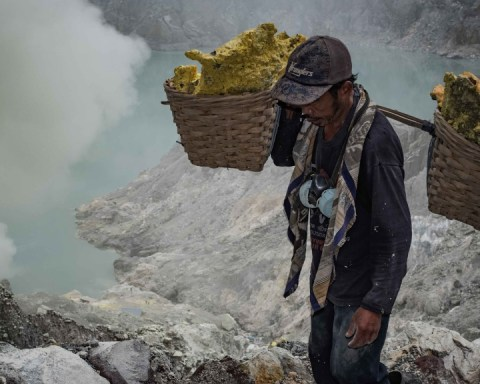 Indonesian sulfur mining. (Photo © Sebastian Jacobitz)