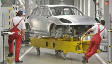 Produktionsstart für den Porsche Macan, den Kompakt-SUV der Schwaben aus Leipzig! Der kleine Bruder der Geländelimousine Cayenne steht für eine geplante Jahresproduktion von 50 000 Einheiten - fast ein Drittel des gesamten Porsche-Absatzes im Jahr 2013. Das neue Modell ist ein Sinnbild für die rasante Weiterentwicklung der Marke. Hier der Karosseriebau, eine Produktionshalle mit wenig Menschen und 87 Robotern. Foto: Volkmar Heinz