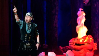 """Grosse Oper fuer kleine Kinder! In der MuKo hat die Oper """"Der Freischuetz fuer Kinder"""" Premiere. Die Produktion ist die Fortsetzung, der mit """"Der Ring für Kinder"""" im Wagnerjahr 2013 begonnenen Reihe mit Adaptionen grosser Opern für Kinder, Familien und Einsteiger. Die romantische Oper von Carl Maria von Weber wird in einer Bearbeitung und in der Regie von Jasmin Solfaghari zu sehen sein, die bereits für die Erfolgsproduktion """"Der Ring für Kinder"""" verantwortlich zeichnete ... Der Jaegerbursche Max will Agathe, die Tochter des Erboersters heiraten. Doch seit Langem verfolgt den einstigen besten Schuetzen eine Pechstraehne ... Restkarten sind noch zu haben ... Foto: Volkmar Heinz / volkmar@heinz-report.de"""
