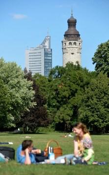 Einer der klassischsten Leipzig-Sichten: aus dem Johannapark auf das Cityhochhaus und den Turm des Neuen Rathauses. Foto: Volkmar Heinz / volkmar@heinz-report.de