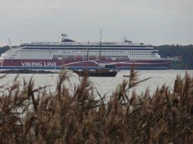 Laivaliikenne ei tule aivan kovin lähelle iltanuotiota, tarvitaan zoomausta!