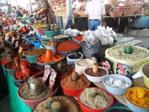 Les bazars ouzbeks sont une richesse de couleurs, d'odeurs et de produits inégalée. On marchande au milieu des enfants qui courent, des garçons bouchers et des femmes qui transportent du pain…