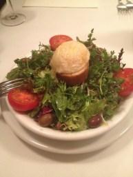 Un classique, la salade de chèvre chaud (supplément +105 yens)