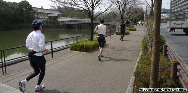 Jogging autour du Palais impérial http://travel.cnn.com/tokyo/sleep/running-rings-around-imperial-palace-389619