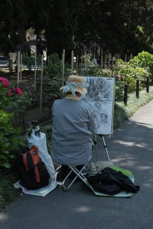Grand mère pratiquant le dessin, activité préférée des visiteurs âgés