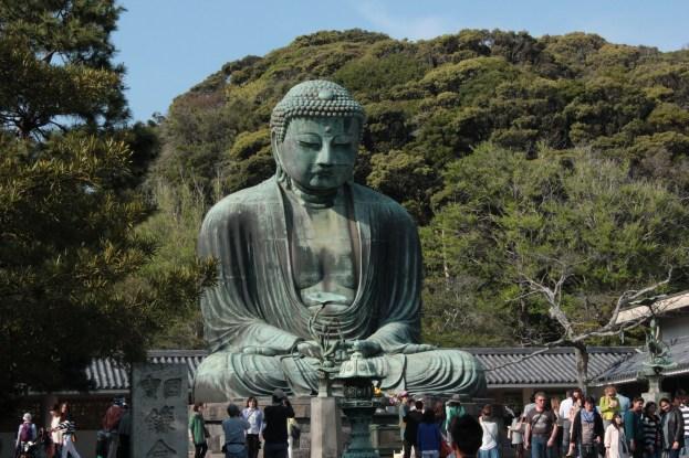 Le grand bouddha Amitabha est une sculpture en bronze, fondue vers 1252, d'une hauteur de l'ordre de 13,35 m. Les mains du Bouddha ont été sculptées, de manière stylisée, dans la posture dite jo-in, de la méditation zen.