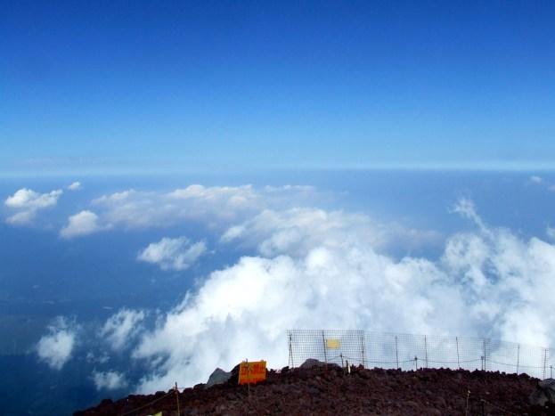 Eh non ce n'est pas le sommet. Pourtant l'horizon est si loin et les nuages sont si près !