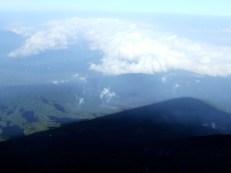 L'ombre de la montagne s'étend sur la forêt ...