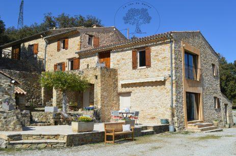 le jas de Belley avec mobilier extérieur laurier sauce fleurs de saison à Montfort 04600 alpes de haute Provence 04