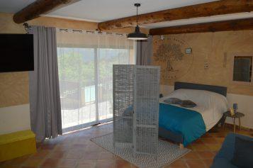 location gîte du soleil studio 2 personnes lit 160 cm avec coin cuisine équipé canapé le jas de belley à montfort 04600 alpes de haute provence 04