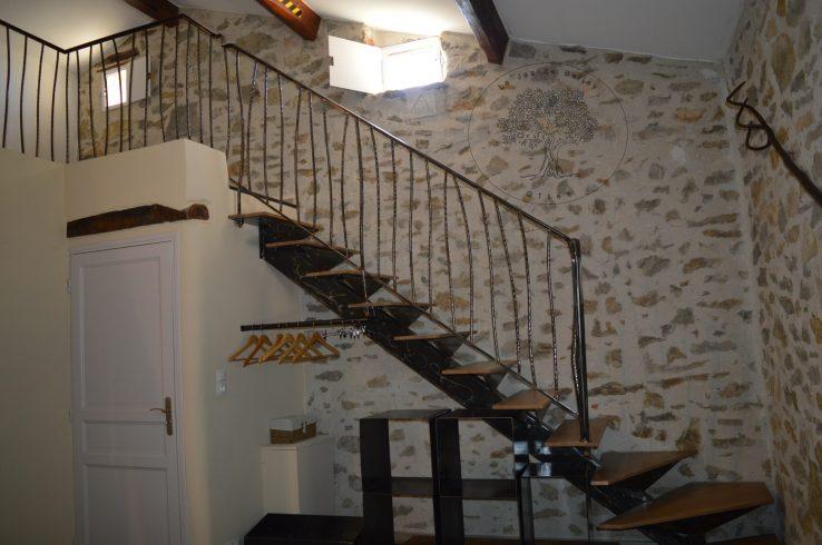 gîte de Belley chambre muscade de 17 m2 avec escalier métallique et coin dressing donnant à l'espace détente à le jas de belley à montfort 04600