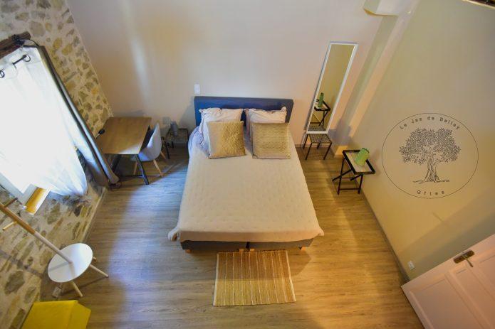gîte de Belley 3 étoiles chambre muscade de 17 m2 avec bureau et espace détente coin lecture à le jas de belley à montfort 04600
