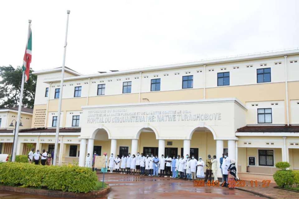 une prise de vue des médecins et infirmiers devant l'hôpital du cinquantenaire