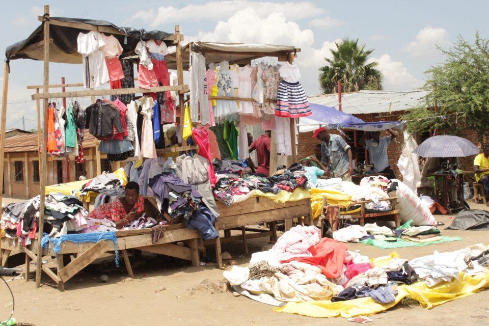 vêtements de second main de M. Nsabimana étalé au marché de kamenge