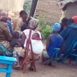 Les membres d'un groupe d'épargne réunis samedi 3042021 au camp de Bwagiriza