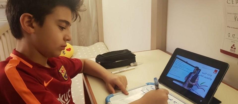 Un enfant étudie sur son ordinateur, la technologie appelée EdTech (EducationTechnology)afin de riposter aux redondances de Covid-19 à l'école.