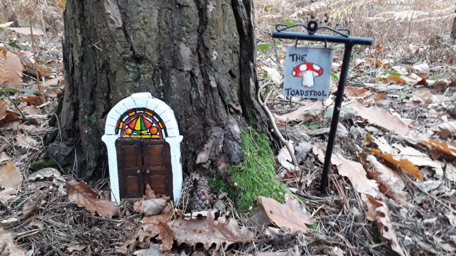 fée et sa maison dans la forêt