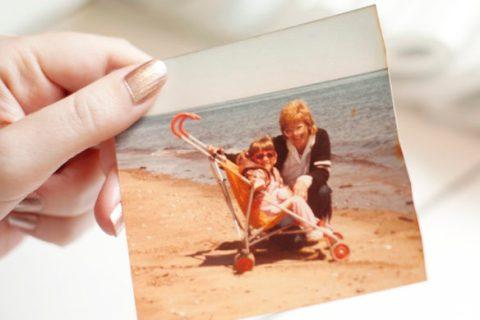 J'ai 5 ans. Je ne marche pas. Trop grande pour continuer à rouler dans une poussette. Assez petite pour être dans un fauteuil roulant.