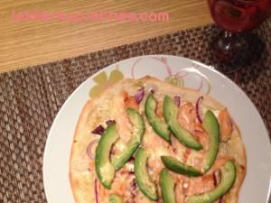 Flammkuchen met zalm en avocado