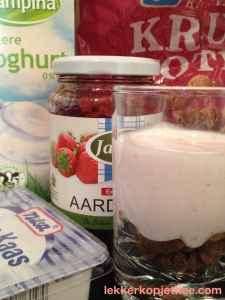 aardbeien-yoghurt met koekjes bodem