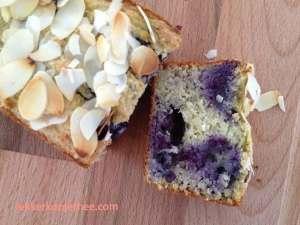 Havermoutcake met blauwe bessen, avocado en banaan - gesneden