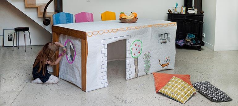 Cabane sous la table