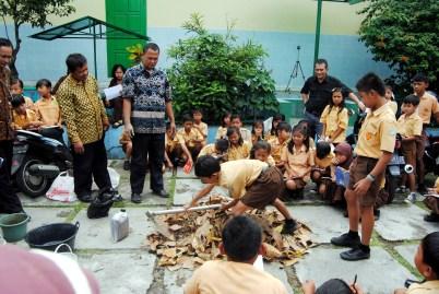 Siswa SD Karangpandan Kab Karanganyar dan Lembaga Edukasi Lingkungan
