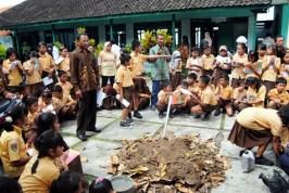 LELi mengajak siswa SD Karangpandan belajar merubah sampah menjadi pupuk kompos dan bokasi