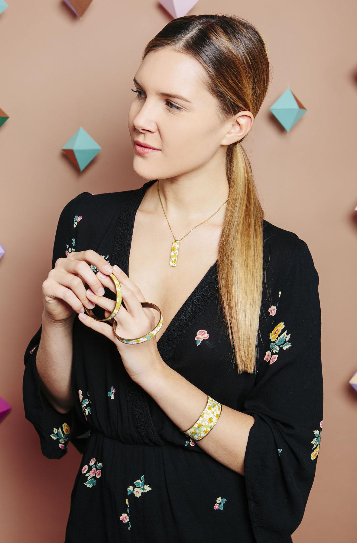 mannequin collier bracelet manchette jaune-1