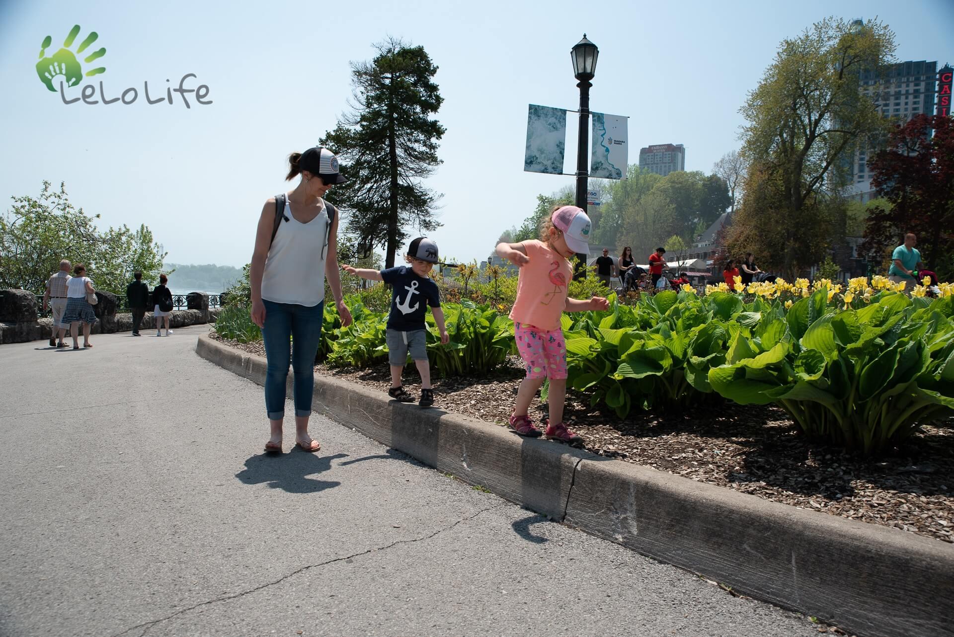 LeLoLife - Marcher avec les enfants qui suivent une bordure de trottoir aux Chutes Niagara