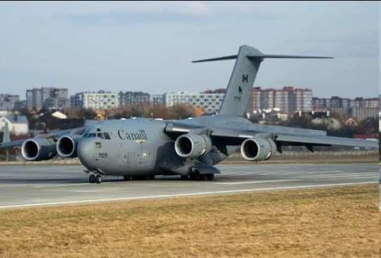"""У Львові приземлився літак Boeing CC-177 """"Globemaster"""" ВПС Канади із вантажем з військовою допомогою для України"""