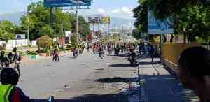 """Haïti-Protestation : Des voitures incendiées au local de """"l'AVIS"""", la situation est chaotique dans la Capitale 1"""