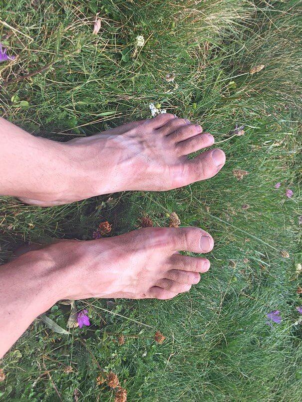 Faire de la randonnée comme pieds nus