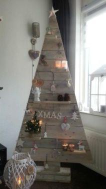 Du bois pour l'esprit rustique, des lumières pour l'esprit de Noël, le tout en forme de sapin, en voilà un qui ne fera qu'un avec votre intérieur ©habitatpresto