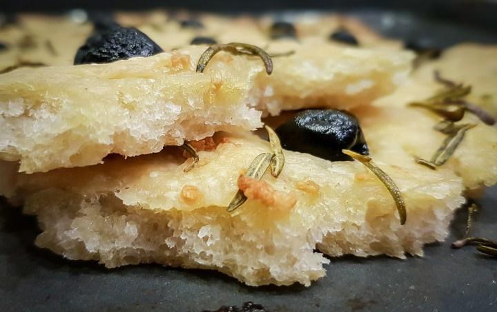 Kvásková focaccia s rozmarýnem a olivami