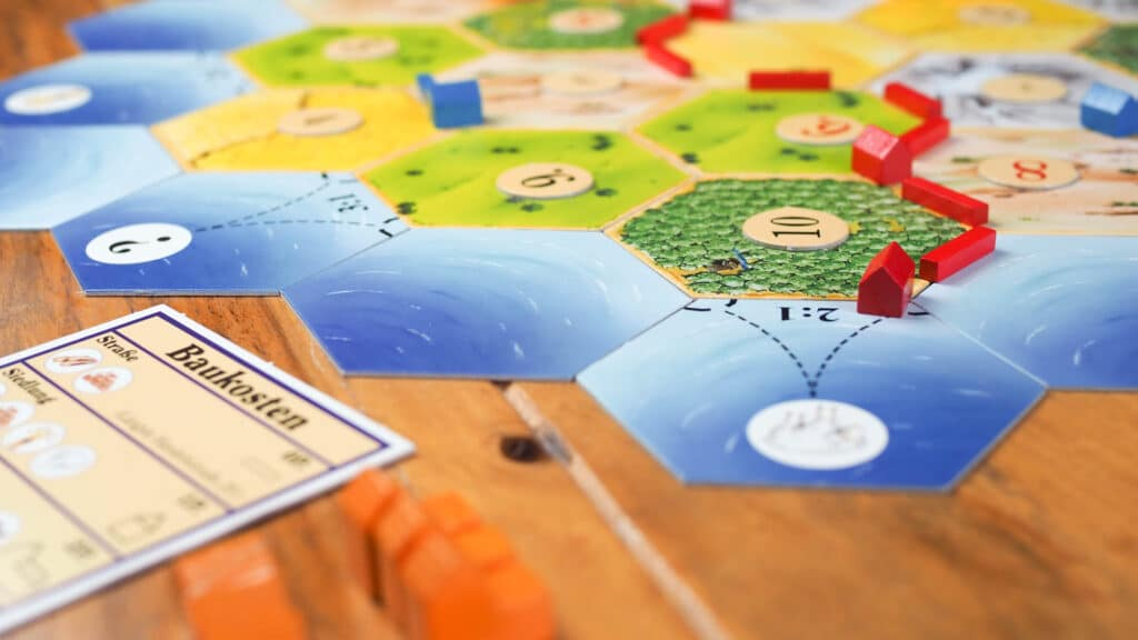 Nahaufnahme vom Spiel Siedler von Catan. Aus dem Artikel: Unsere Top 5 Gesellschaftsspiele