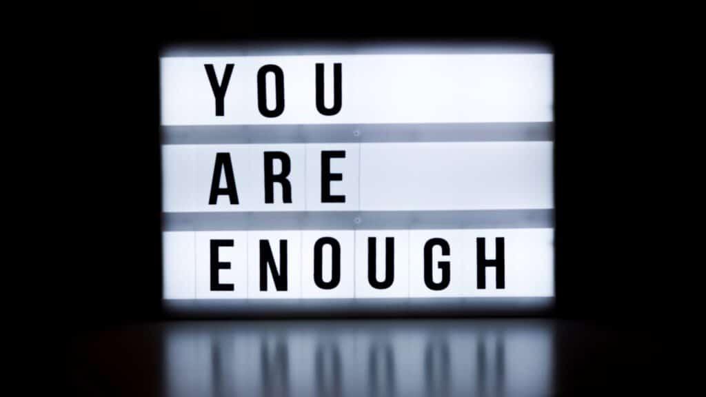 """Textbox mit Licht auf der steht """"you are enough"""". Aus dem Artikel: Warum wir aufhören sollten, für andere Menschen zu denken."""