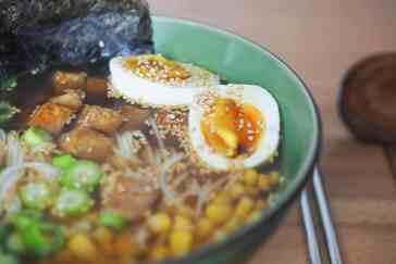 Shoyu Ramen Nahaufnahme. Titelbild des Artikels Shoyu Ramen mit Teriyaki Tofu – schnell und lecker