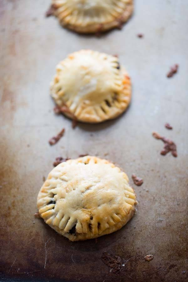 Mini taco hand pies recipe that is perfect for lunch, dinner and everything in between! lemonsforlulu.com