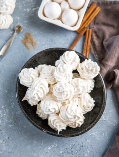 Meringue cookies with cinnamon