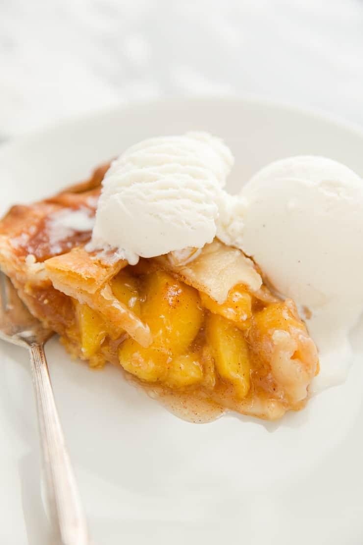 peach pie with ice cream