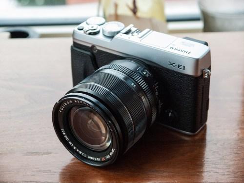 La face avant du Fujifilm X-E1 donne le ton: look rétro avec une toute petite touche de modernité dans le design.