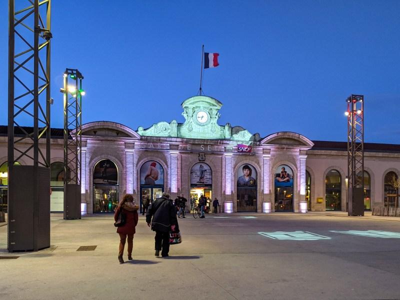 Illumination parvis de la gare de Sète