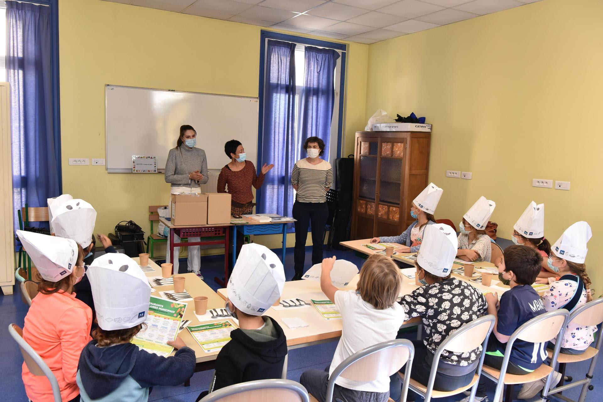 Animations à l'école Jeanne d'Arc hier matin, en présence de Marie Massart, Adjointe au maire de Montpellier, Déléguée à la Politique alimentaire et à l'Agriculture urbaine et des diététiciennes de la Politique alimentaire de la Ville. ©Hugues RUBIO - Ville de Montpellier