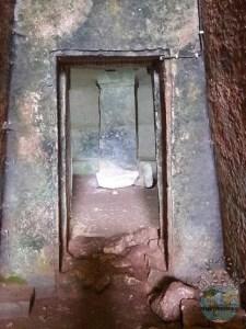 Interno di una tomba della necropoli di Armeni