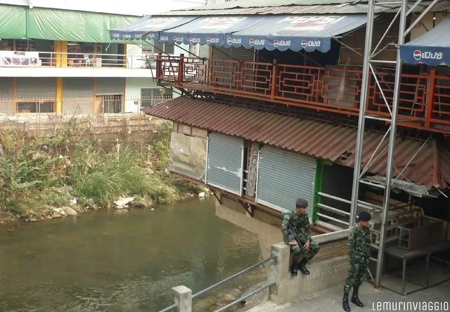 soldati al confine della Thailandia